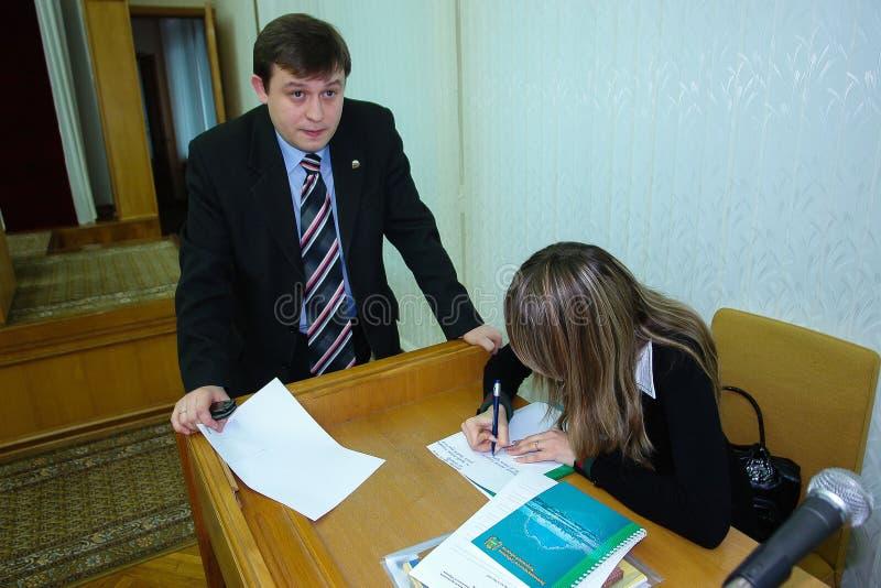 Möta studenter regulatorn av den Kaluga regionen i Ryssland royaltyfria foton