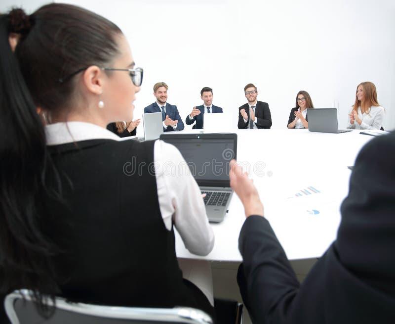 möte av aktieägare av företaget på rundabordskonferensen royaltyfria bilder