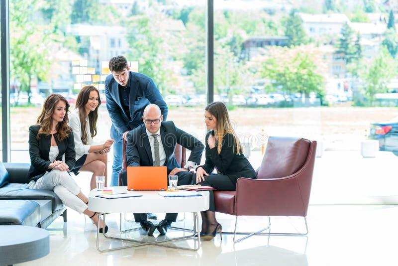 Möte av företags begrepp för framgångidékläckningteamwork royaltyfria foton