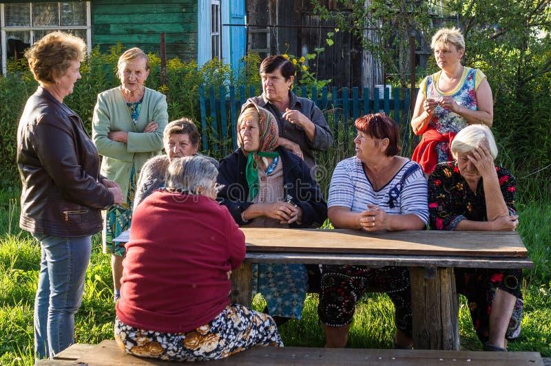 Möte av medlemmar av administrationen med invånarna av lägenhethus i den Smolensk regionen av Ryssland arkivbild