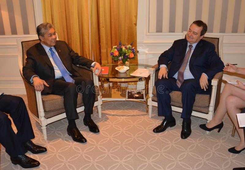 Möte av ministern av utländskt - angelägenheter av Serbien Ivica Dacic och Ahmad Zahid Hamidi, ställföreträdande Prime Minister a royaltyfri bild
