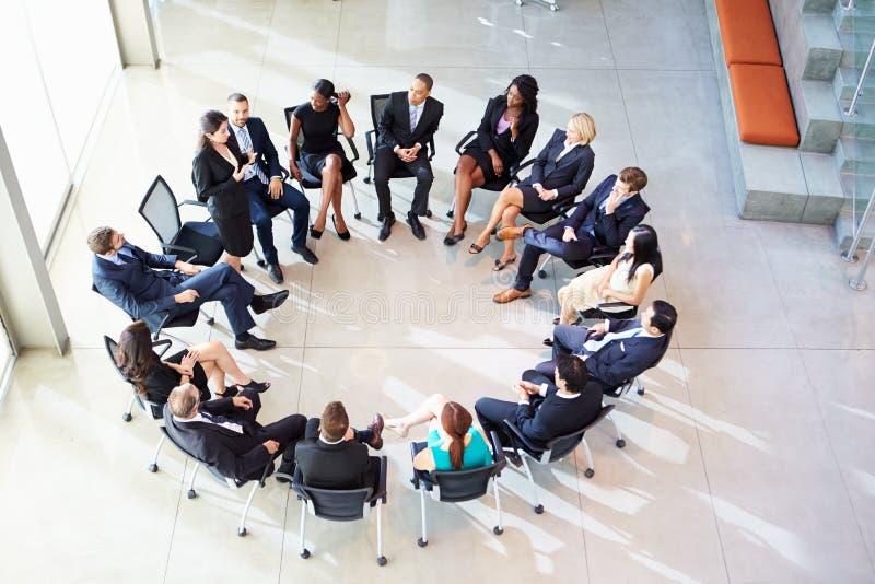 Möte för affärskvinnaAddressing Multi-Cultural Office personal arkivfoton