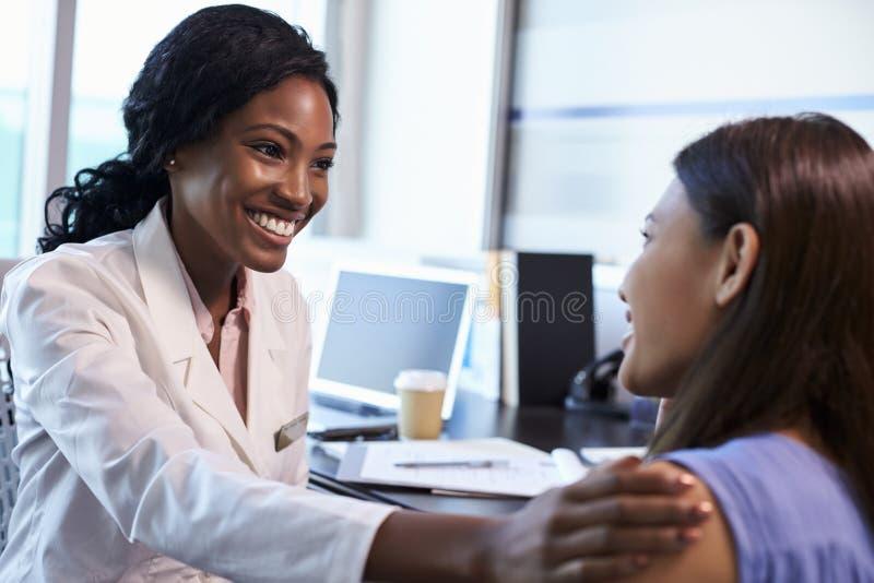 Möte för doktor Wearing White Coat med den kvinnliga patienten royaltyfria foton