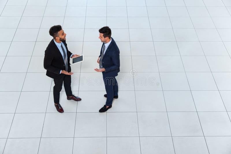 Möte för man för affär som två diskuterar projektplanet som meddelar, affärsmanTalking Top Angle sikt fotografering för bildbyråer
