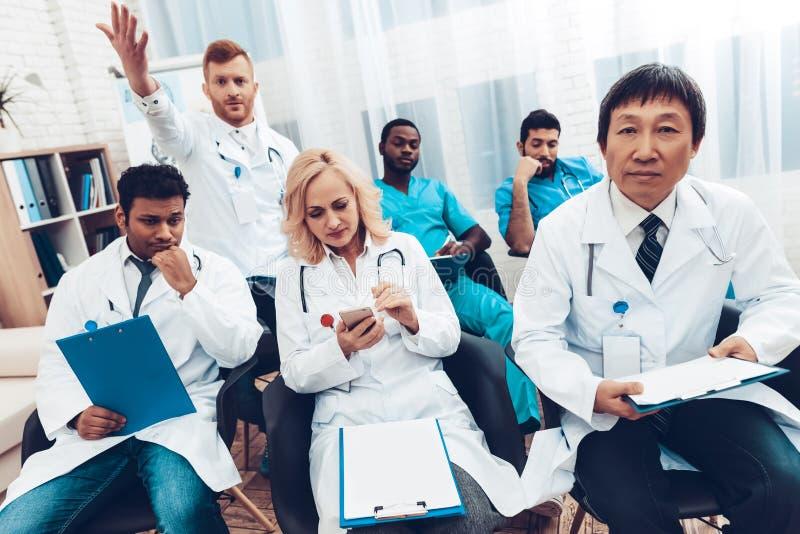 Möte för ` s för sjukhusdoktor diskussionen för begreppet 3d framför white arkivbild