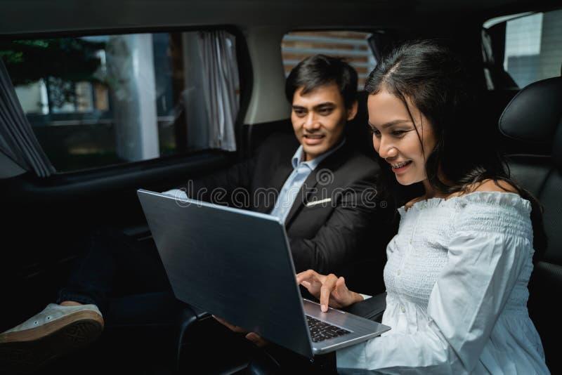 Möte för två affärspersoner, medan sitta på passagerareplats av bilen arkivbilder
