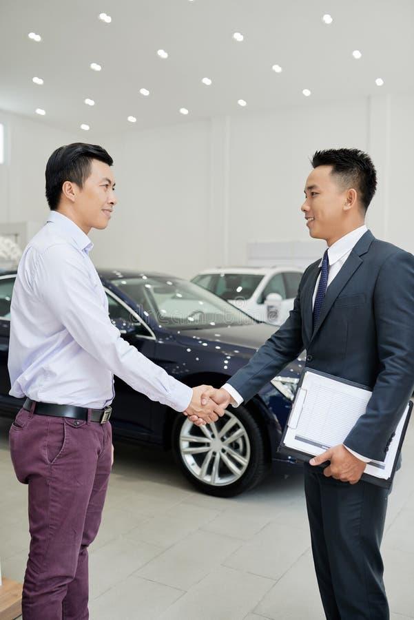 Möte med arbetaren för bilåterförsäljare royaltyfri bild