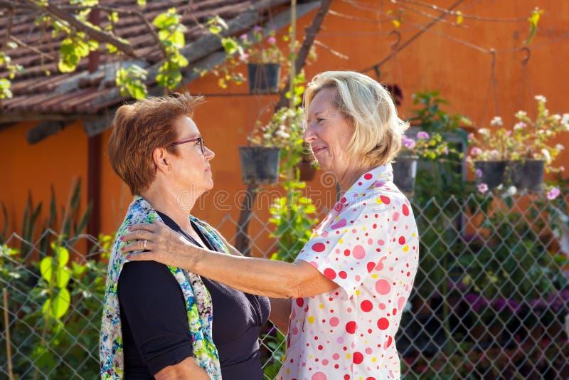 Möte mellan två äldre damer royaltyfri fotografi