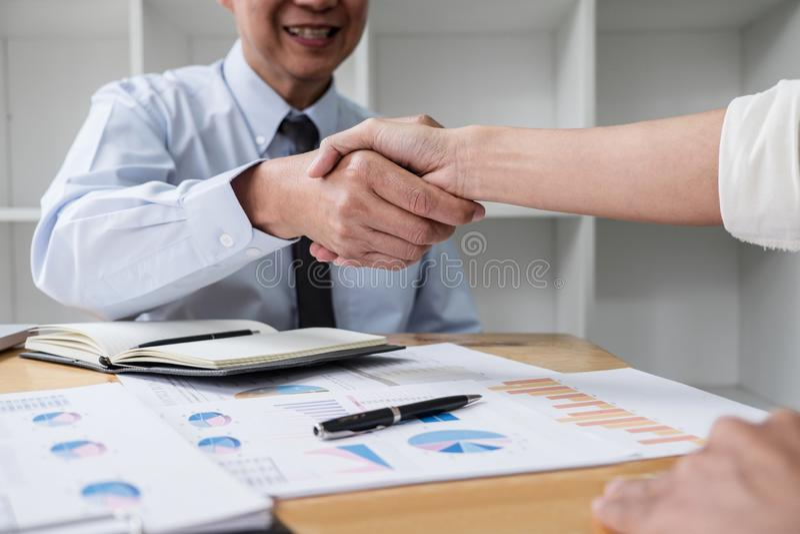 Möte- och hälsningbegrepp, två samarbetsaffärshandskakning och affärsfolk, når att ha diskuterat åtskilligt av avtalet och arkivbilder