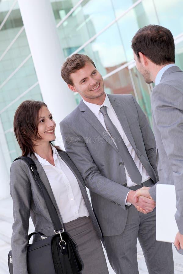 Möte och handshaking för affärsfolk royaltyfri foto