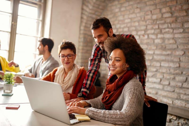 Möteformgivare team i det moderna kontoret - grafiska formgivare royaltyfri bild