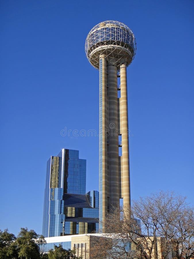 Mötetorn och hotell i i stadens centrum Dallas arkivbilder