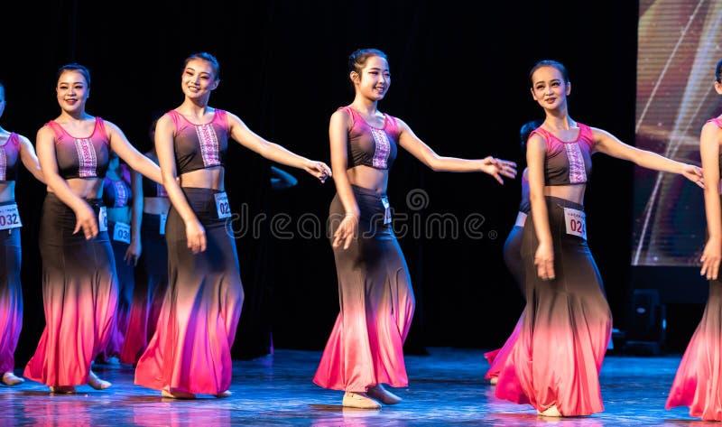 Múltiplex 1 del Bambusa del claro de luna - demostración popular de la Danza-graduación de Dai del departamento de la danza imagenes de archivo