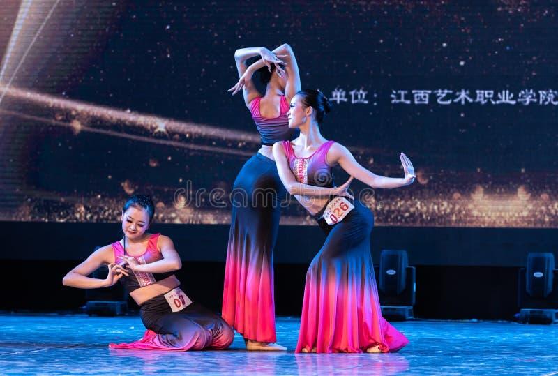 Múltiplex 2 del Bambusa del claro de luna - demostración popular de la Danza-graduación de Dai del departamento de la danza imágenes de archivo libres de regalías