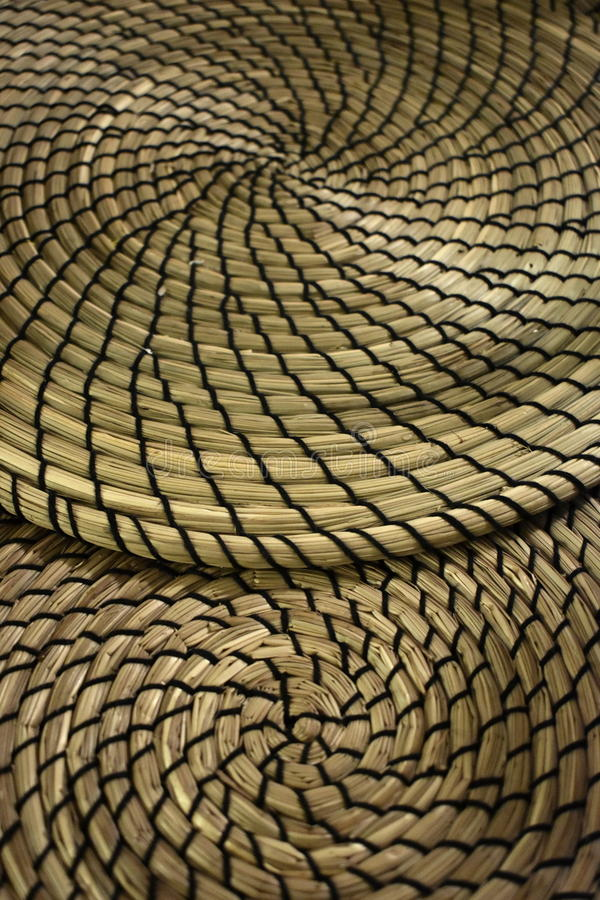 Múltiplo de Fibonacci que contrasta esteiras espiralmente formadas da grama seca fotos de stock