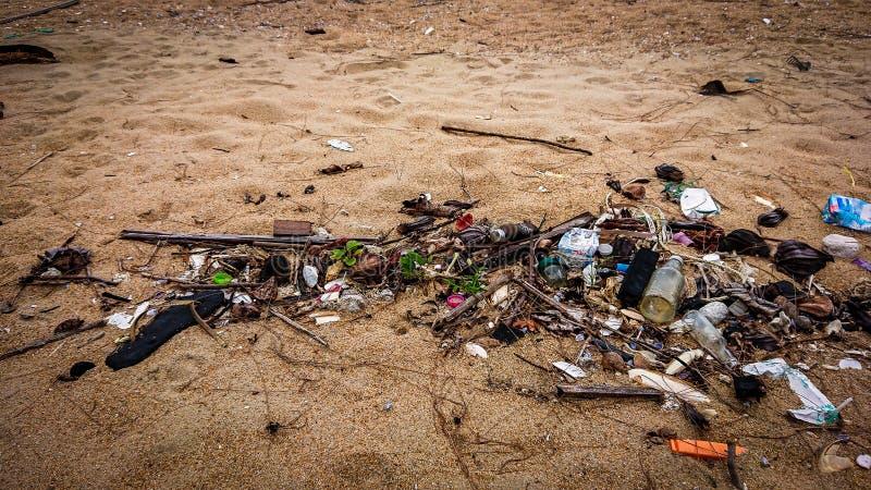 Mún ambiente en la playa con basura contaminación de agua con el plástico en la arena Basura en la playa imagen de archivo libre de regalías