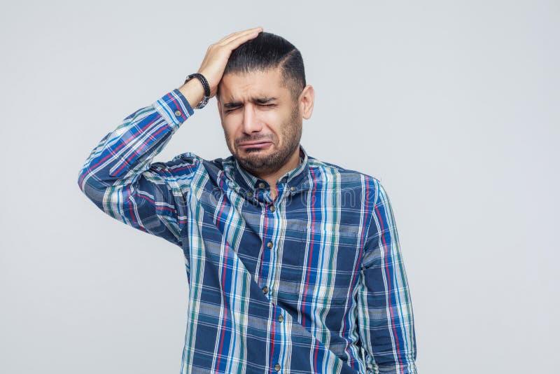 Mún concepto de las emociones y de las sensaciones Dolor de cabeza Touchin del hombre de negocios foto de archivo