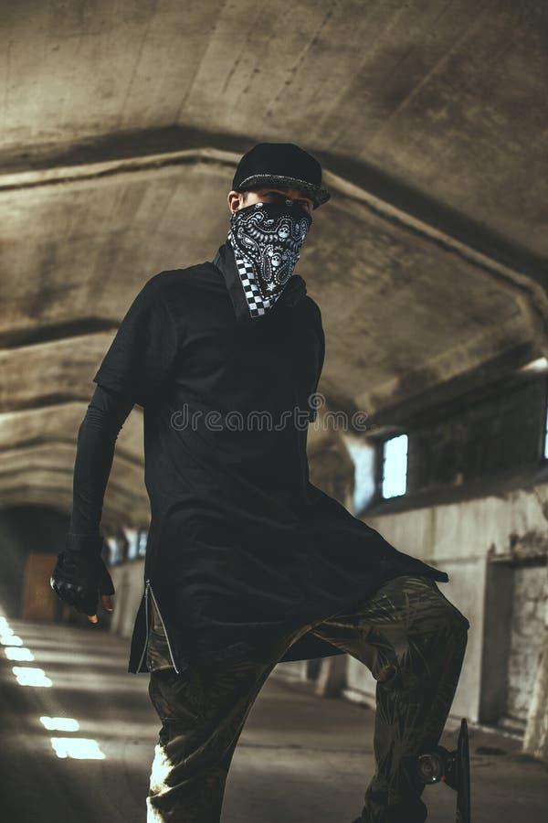 Mún gángster de sexo masculino en máscara fotos de archivo