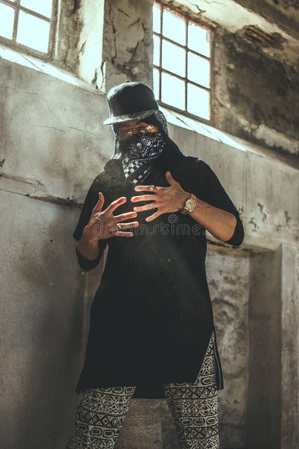 Mún gángster de sexo masculino en máscara imagenes de archivo