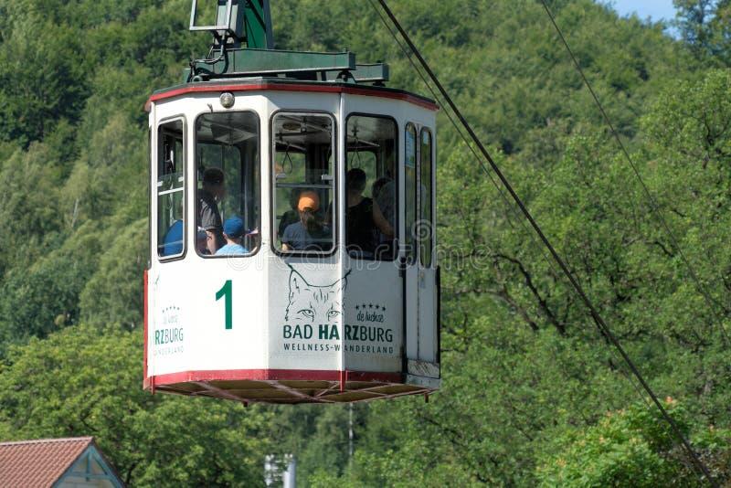 Mún Harzburg, la Baja Sajonia, Alemania, el 27 de julio 2018: Primer de la cabina del teleférico histórico con el turista en el c foto de archivo libre de regalías