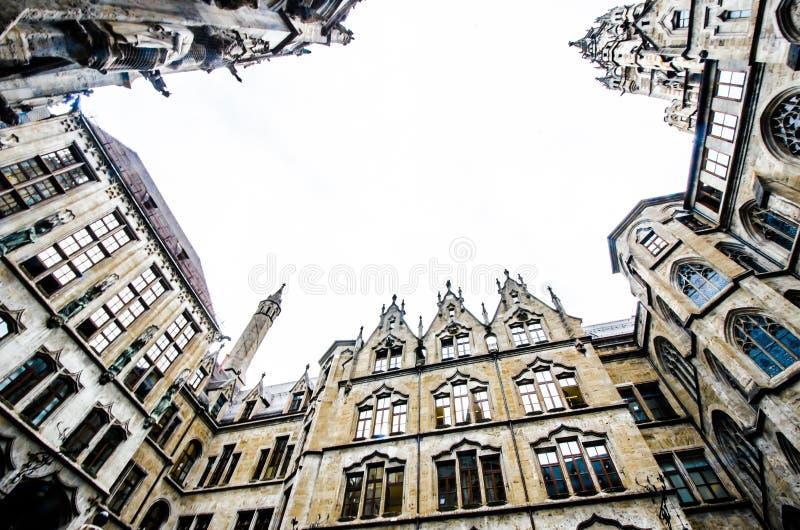 MÚNICH, ALEMANIA - 29 de agosto de 2019: Ayuntamiento de la plaza Marienplatz en Munich, vista desde abajo imágenes de archivo libres de regalías