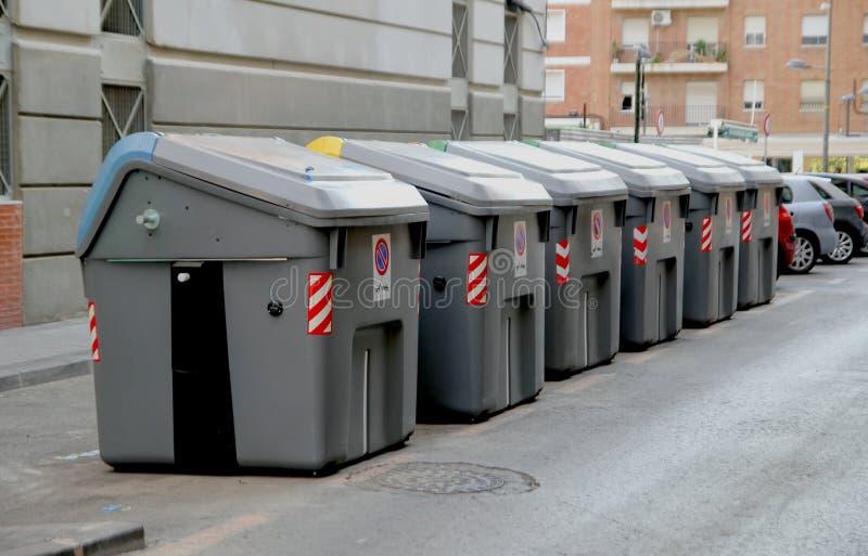 Múrcia, Espanha - 4 de agosto de 2018: Grandes escaninhos municipais dos desperdícios ou de lixo em uma rua espanhola da cidade foto de stock