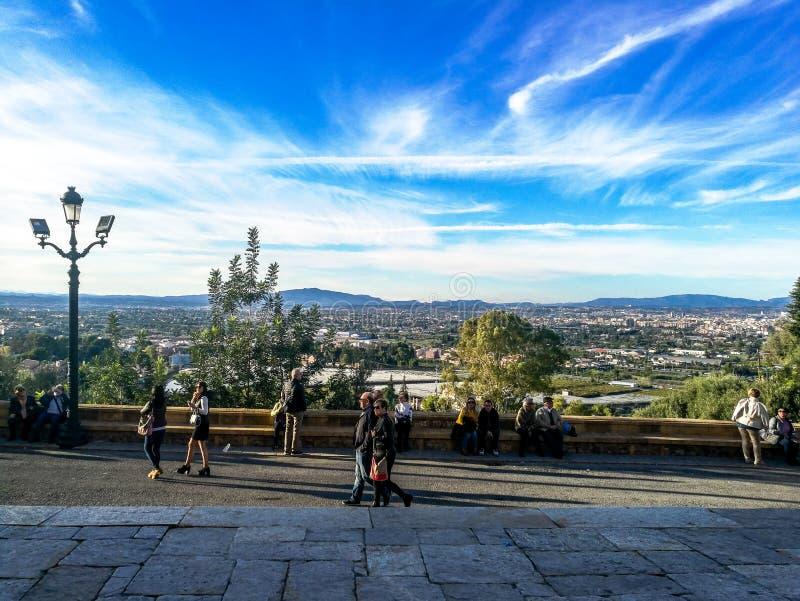 Múrcia, Espanha, o 4 de novembro de 2018: Povos que andam em uma viagem do pelgrimage à parte superior da montanha fotos de stock royalty free