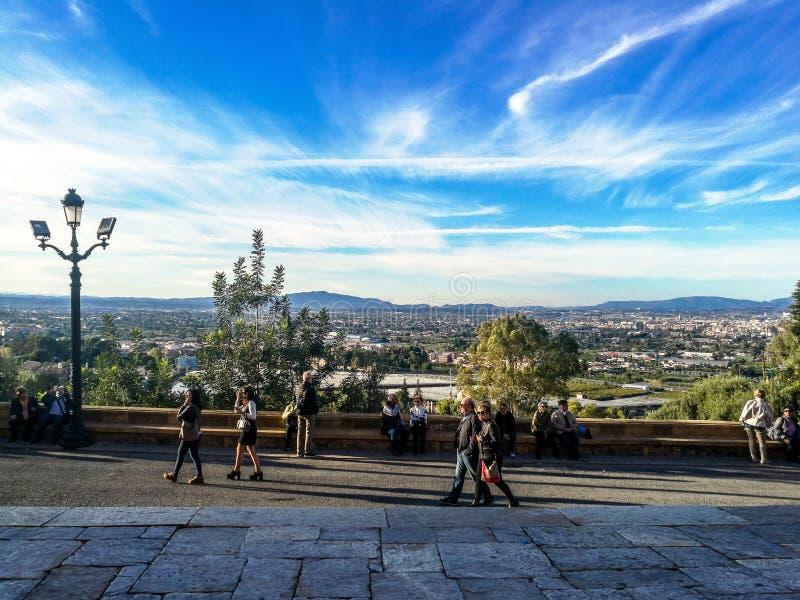 Múrcia, Espanha, o 4 de novembro de 2018: Povos que andam em uma viagem do pelgrimage à parte superior da montanha fotografia de stock royalty free