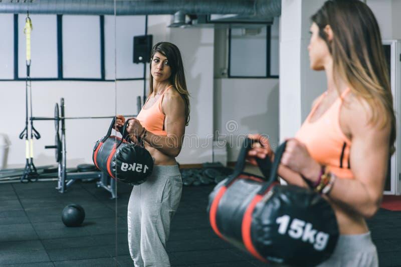 Músculos de los byceps del entrenamiento de la mujer imágenes de archivo libres de regalías