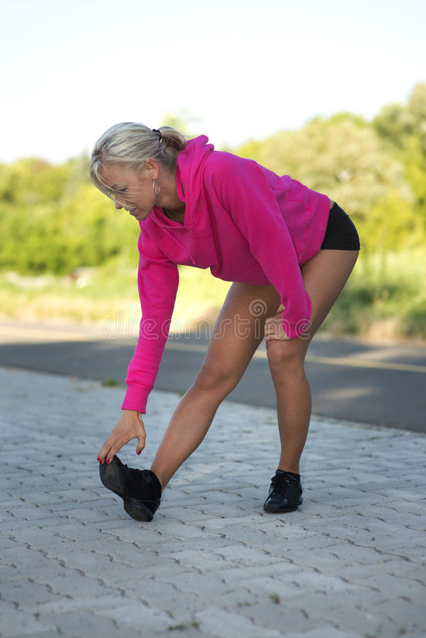Músculos streching de la pierna de la mujer fotos de archivo