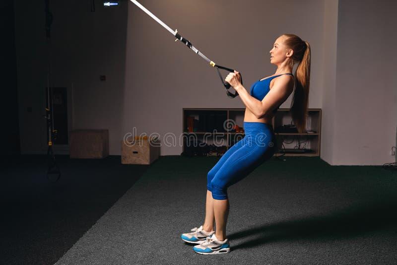 Músculos tornando-se da menina bonita atrativa da aptidão no clube de esporte fotos de stock