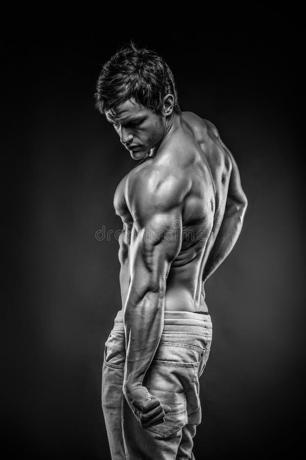 Músculos traseros de presentación modelo y tricep de la aptitud atlética fuerte del hombre imagen de archivo libre de regalías
