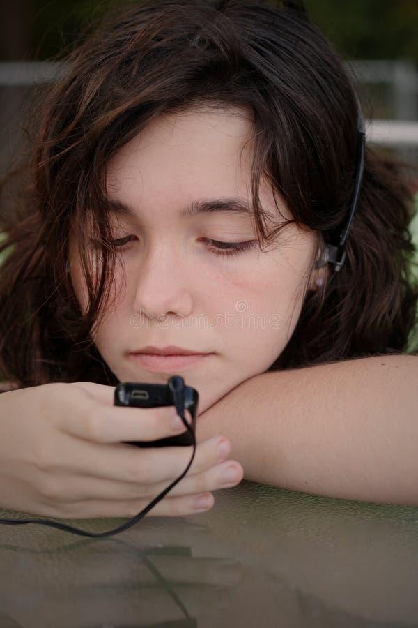 Música adolescente mp3 de la muchacha fotografía de archivo libre de regalías