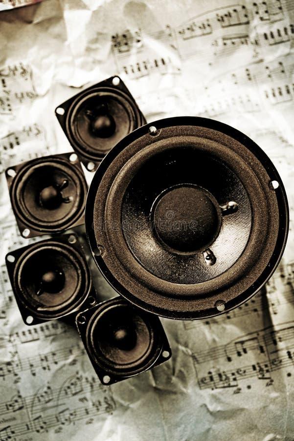 Música - altofalantes e notas imagem de stock
