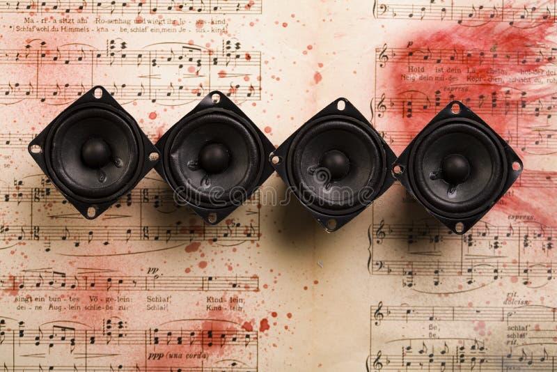 Música - altofalantes e notas foto de stock