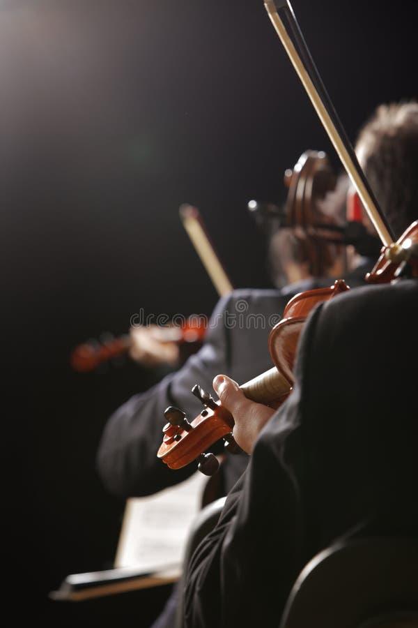 Música clásica. Violinistas en concierto foto de archivo