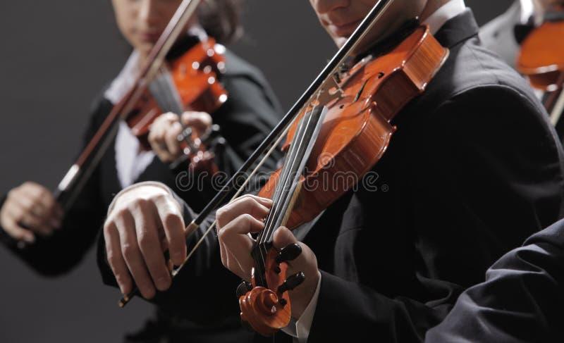 Música clásica. Violinistas en concierto imagen de archivo libre de regalías