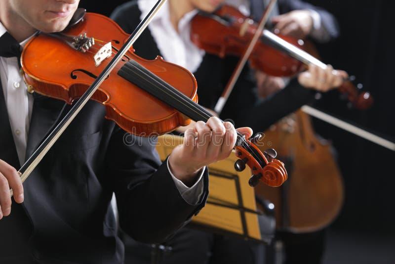 Música clásica. Violinistas en concierto fotografía de archivo