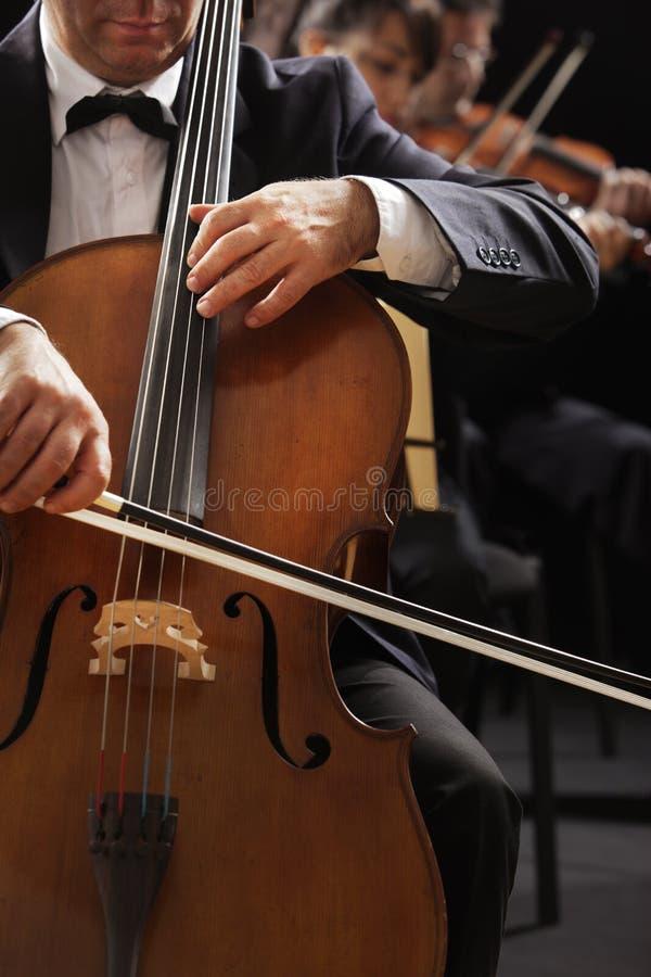 Música clásica, violoncelista y violinistas foto de archivo