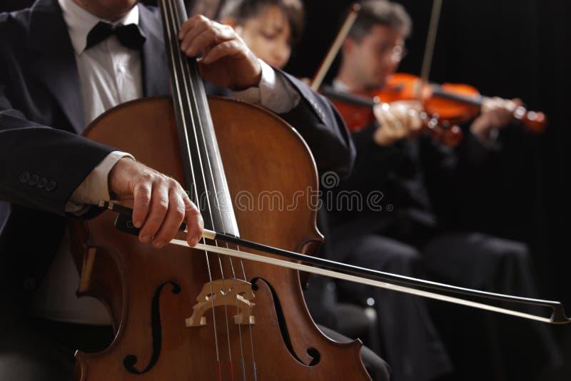 Música clásica, violoncelista y violinistas fotos de archivo libres de regalías