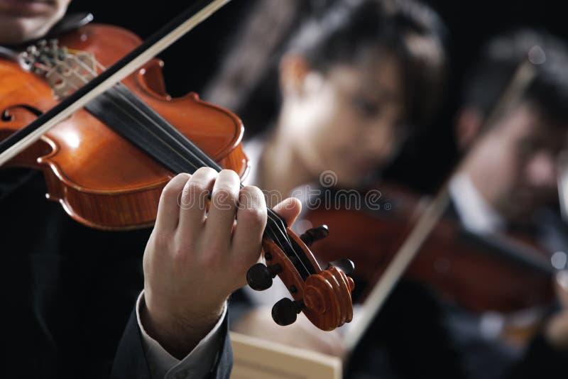 Música clássica. Violinistas no concerto imagens de stock
