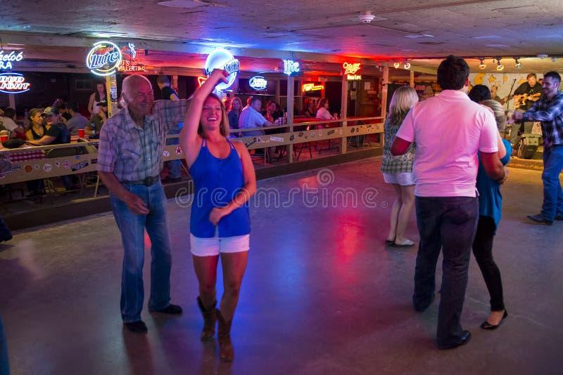 Música country de baile de la gente en el pasillo de danza quebrado del rayo en Austin, Tejas fotos de archivo libres de regalías