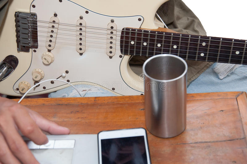 A música da guitarra é carneiro e praticar nas mesas felizmente imagens de stock