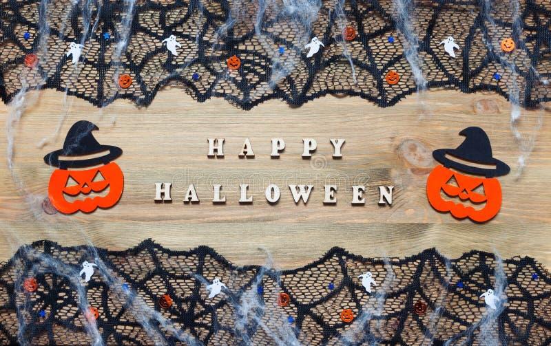 Música da noite Letras de Dia das Bruxas e decorações felizes de Dia das Bruxas no fundo de madeira imagem de stock royalty free