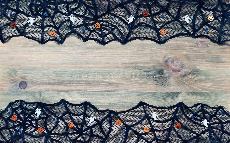 Música da noite Teia de aranha do laço do preto do aand das decorações de Dia das Bruxas no fundo de madeira escuro com espaço li imagens de stock
