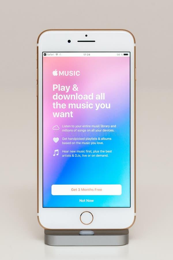 Música de Apple no iPhone 7 mais o software de aplicação imagem de stock