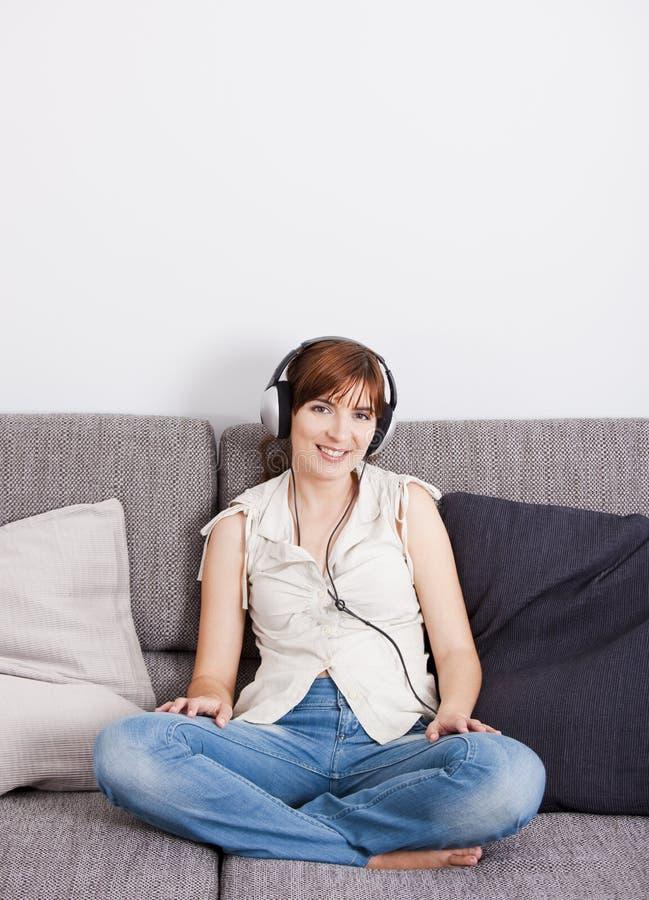 Música de escuta imagens de stock royalty free