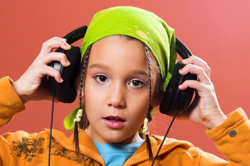 Música de escuta da criança fotos de stock