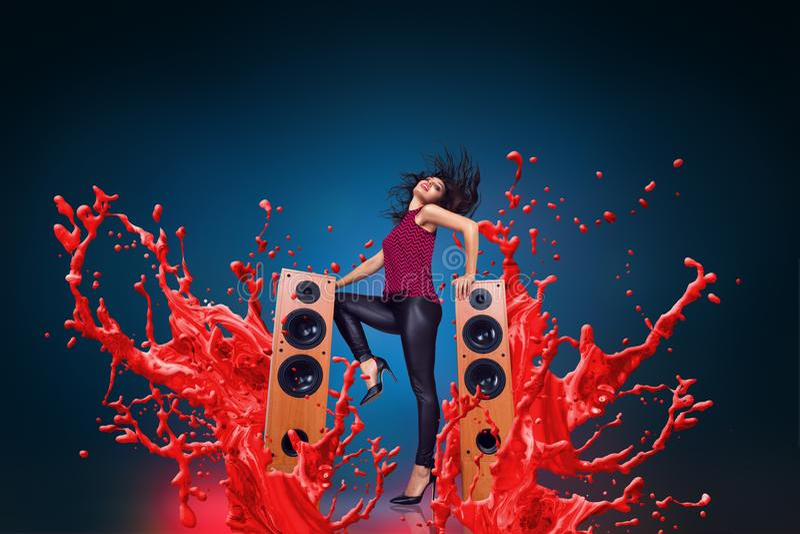 Música de escuta da jovem mulher feliz com oradores imagem de stock royalty free