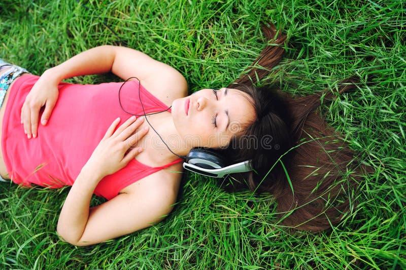 Música de escuta da menina. imagens de stock royalty free